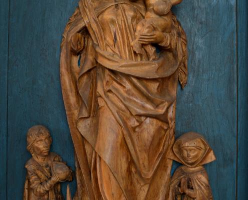 Lindenholzplastik zeigt Mutter Maria mit dem Kind