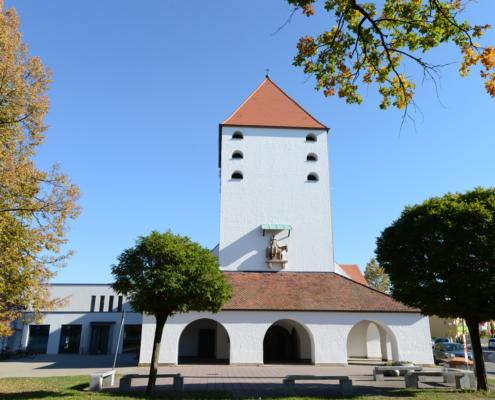 Auferstehungskirche mit Turm, Bogenhalle und Vorplatz