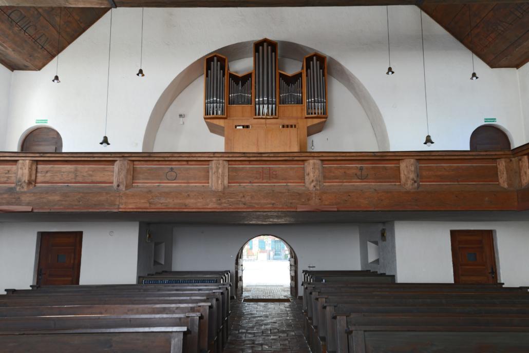 Blick vom Altar auf die Orgel auf der Empore.