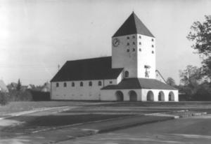 Die Auferstehungskirche alleinstehend im Grünen.