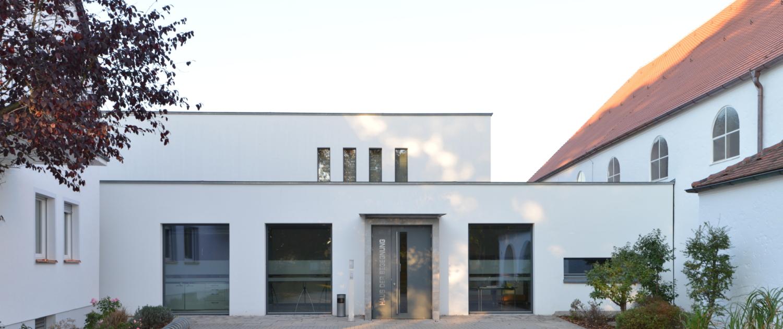 """Eingang des Gemeindezentrums """"Haus der Begegnung"""""""