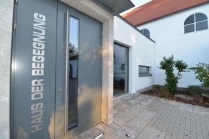 Die Tür des Gemeindezentrums mit dem Namensschriftzug