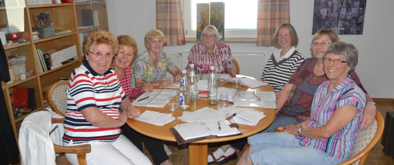 Mehrere Personen des Diakonischen Kreises sitzen um einen Tisch herum.
