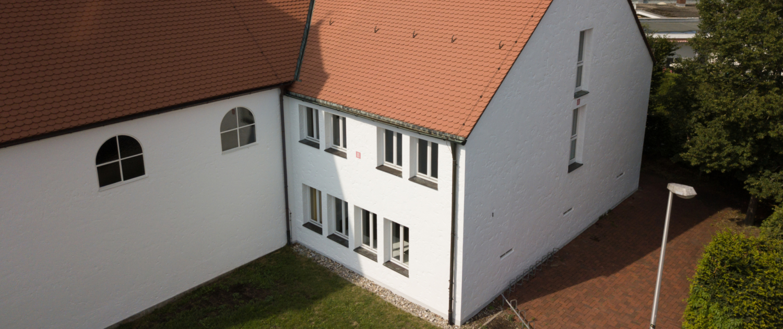 Luftaufnahme der Rückseite des Jugendhauses.